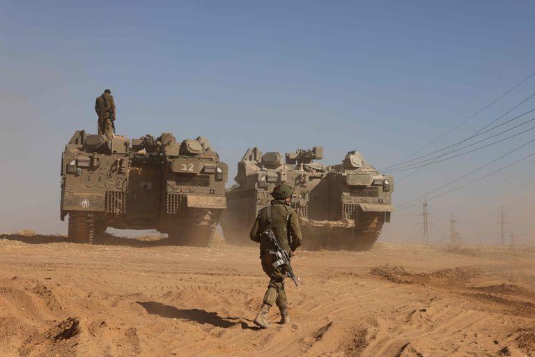 Tropas israelíes se movilizan cerca de la frontera con Gaza, en el sur del país