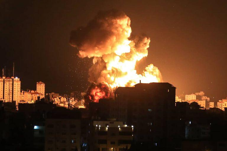 Un edificio en Ciudad de Gaza, impactado por un misil israelí