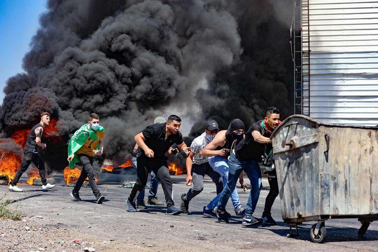 Jóvenes palestinos chocan con el Ejército israelí en Nablus, en el norte de Cisjordania