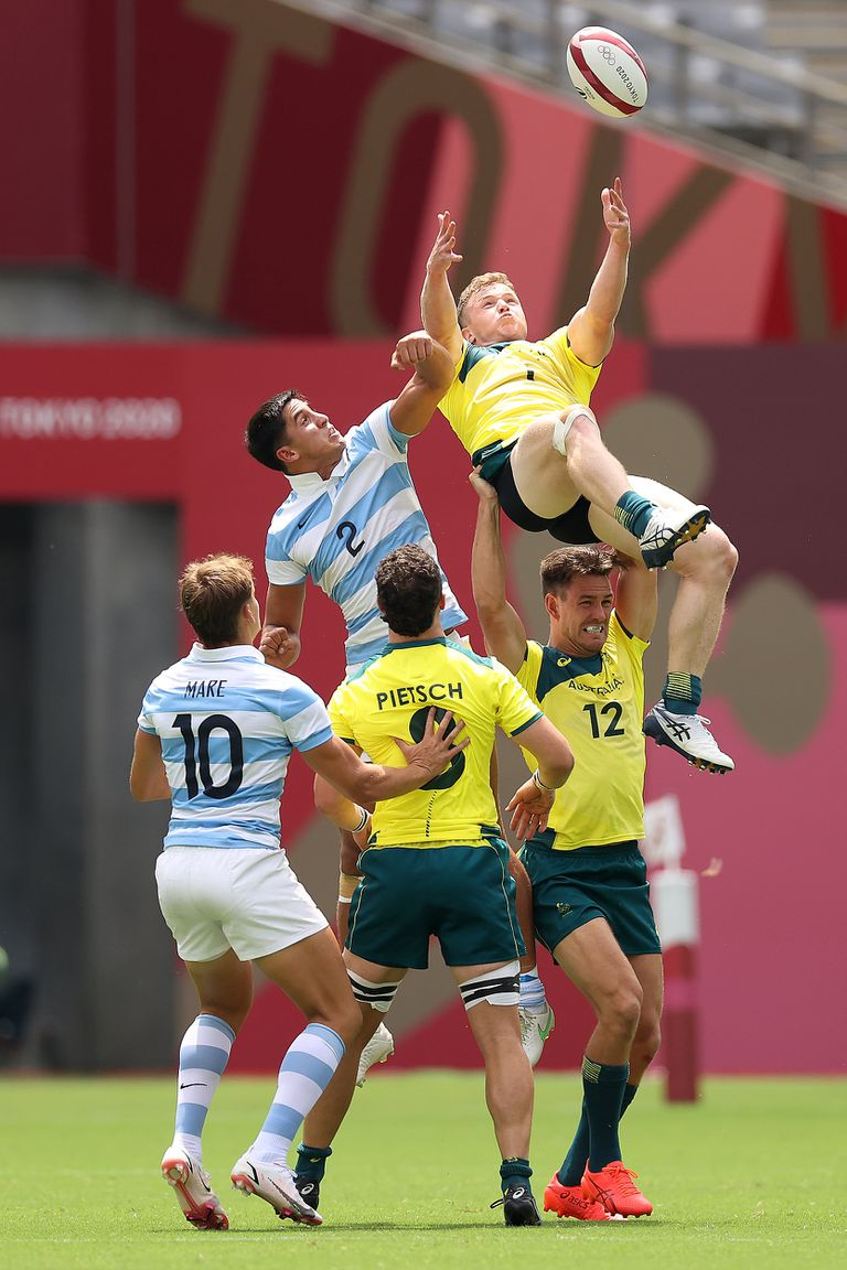 Henry Hutchison and Lucio Cinti fight in the air during the match between Argentina and Australia in Sevens debut in Tokyo 2020.