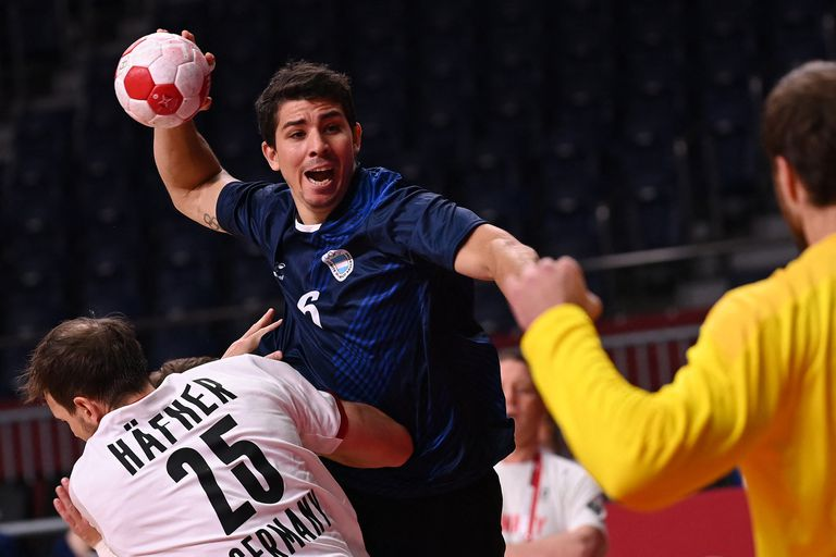 Diego Simonet hits the goal during the handball match between Argentina and Germany in Tokyo 2020