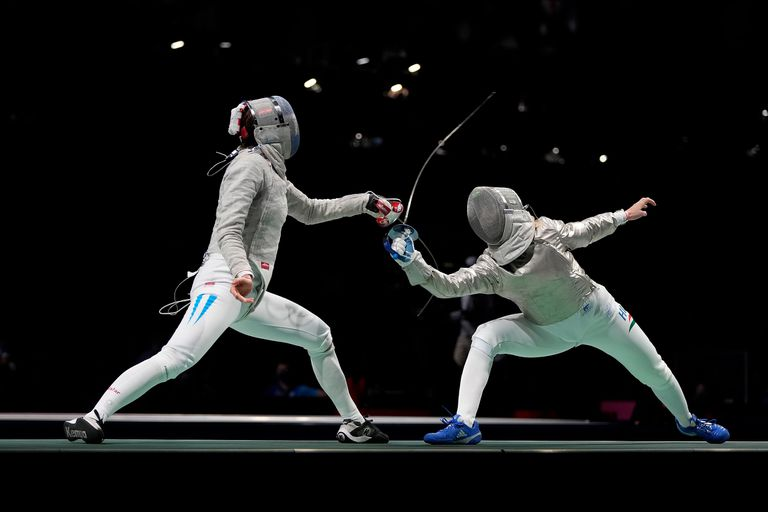 María Belén Pérez Maurice competes with the Hungarian Anna Marton in the individual saber category at Tokyo 2020.