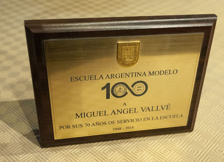 Miguel Ángel Vallvé received a distinction after working 70 years at the Escuela Argentina Modelo